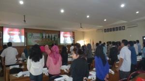 7 Menyanyikan Lagu Indonesia Raya