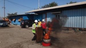 18. Pemandaman Api menggunakan Karung Goni Basah