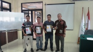 Pemberian penghargaan kepada 3 peserta terbaik dengan nilai tertinggi