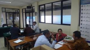 peserta melakukan kerja kelompok